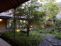 御香の香りに包まれた旅館の中心部には、和の情緒溢れる中庭が。朝夕のお散歩もおすすめです。