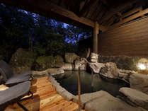 男女別大浴場:露天風呂も完備の源泉かけ流しの湯。移ろいゆく四季の風情とともにごゆるりとどうぞ。
