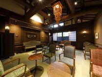 ロビー・ラウンジ:「旅館が生み出す旅の出会い」をテーマに、水戸岡氏デザインでクラシックモダンに。