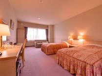 *洋室ツイン(客室一例)/ピシッと清潔にしつらえたベッドで安眠の夜をお過ごしください。