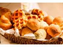 <朝食>パンの種類も豊富にございます。バルミューダトースターで焼き立ての味わいを♪