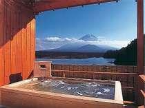 [写真]湯船に浸かると、富士山と精進湖が丁度良く眺められる絶景の貸切露天