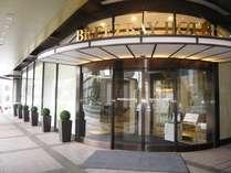 ブリーズベイホテルのエントランスからカプセルホテルへお越し下さい