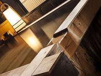 檜のかけ流し温泉付特別室檜々木の総檜温泉。平湯最古の第一号源泉かけ流し。重曹を多く含む美肌の湯
