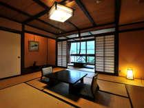 檜のかけ流し温泉付特別室雫。総檜温泉+和室12畳+囲炉裏の間6畳+踏込3畳の贅沢な空間。