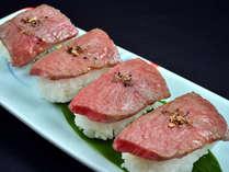 飛騨牛炙り寿司、ひとり2貫ずつサービス!しみ渡る旨味、口の中でとけていく食感、これぞ炙りの醍醐味。