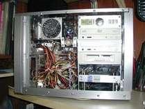 オーナー手作りのPCロビーに設置してます。自由にお使い下さい。有線LAN。