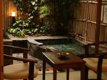 源泉を掛け流す露天風呂があるお部屋。