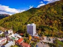 信州の山々に囲まれた斎藤ホテル。秋になると美しい紅葉を見ることができます。
