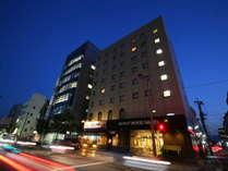 ホテルは繁華街に至近ですが夜は非常に静かでゆっくりお寛ぎいただけます♪コンビニも目の前!