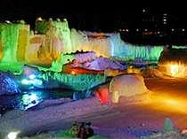 夜は氷と色とりどりの光の競演がとても幻想的♪