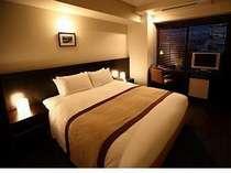 160cm幅のクイーンサイズベッドを完備したデラックスダブル