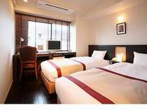 シングルサイズのベッド2台を配したシンプルなスタンダードツイン
