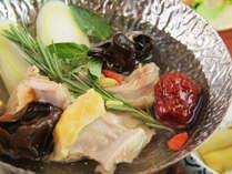 """■【ご夕食一例】湯治でお泊まりのお客様には""""薬膳鍋""""をご用意致します。"""