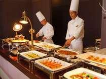 九州の味覚が満喫できるディナーブッフェ。シェフが目の前で調理するコーナーもあり。