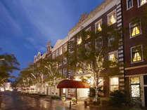 プロジェクションマッピングなどが繰り広げられるアムステルダム広場は、ホテルの目の前。