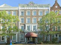 街の中心に位置する唯一のホテル。