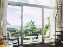 全室オーシャンビューのメゾネットタイプ。大きな吹き抜けの窓とバルコニーの開放感。
