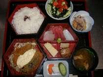 夕食〝はやし膳〟内容は豚の角煮、厚焼き玉子、刺身三品、ナスのはさみ揚げ、魚フライになります。