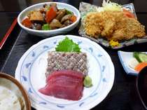 夕食は日替わり料理です。この日はイワシなめろう、カツオ刺身、筑前煮、豚のヒレカツです。