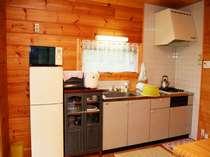 キッチンには調理道具やレンジ、冷蔵庫など調理する道具もございます