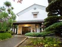 【外観】民芸風蔵造りの宿