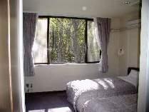 木立を望む210号室