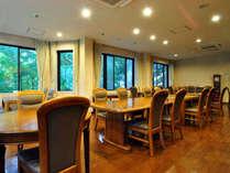 【レストラン】木彫のお部屋に対比して窓から眺める緑が鮮やかです