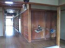 玄関に入りますと、ひときわ目をひく戸襖の絵がございます。 源 義光(新羅三郎)