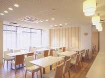 【レストラン】白を基調にした明るいレストラン
