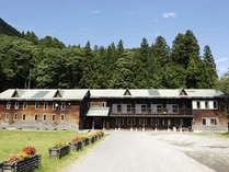 *【外観】秘境「秋山郷」で地元の子どもを見守り続けた小学校を改築した宿です。