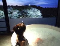 507号室のスーペリアツインルームに備わったビューバス。湯に浸かりながら彦根城を眺めることもできる。