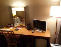 お部屋は全室Wi-Fi接続OK!少し広めのデスクで、出張先でのビジネスをサポート。