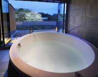 客室に備わった半露天風呂。湯に浸かりながら彦根城を眺めることもできる。