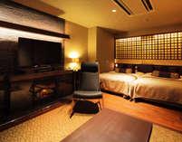 暖炉がある広々としたリビングと彦根城を望む半露天風呂で、優雅なくつろぎを。