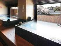 四季を彩る彦根城を望む大浴場。ゆったり湯船に浸かりながら旅先での疲れをリフレッシュ。