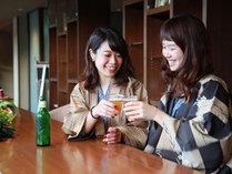 彦根城を望むライブラリーラウンジでビールやジュースの湯上りサービス
