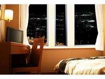 スタンダードダブル。高層階の客室から山形市内の夜景をお楽しみ下さい