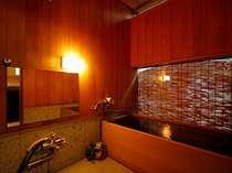 温泉付特別室【離れ屋敷】にある桧風呂。心通う人と貸切で、温泉をたっぷりかけ流しで楽しんで。