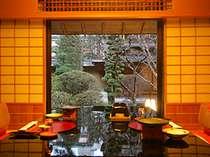 ご夕食はお部屋、もしくは庭園をのぞむ完全個室のお食事処で。おふたりで、家族で、水いらすのお食事を。