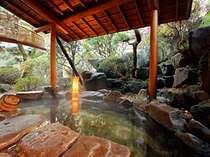 庭園をのぞむ岩の露天風呂「鯛の湯」。さらりとした美肌の温泉です。