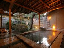 庭園の深緑を眺める桧の露天風呂。丸太より注がれる温泉はお肌がしっとりとする美肌の湯です。