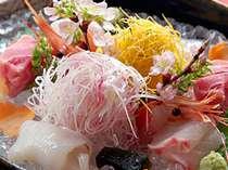 離れ特別室のお料理。大ぶりの器に氷とともに盛られた新鮮そのものの海の幸
