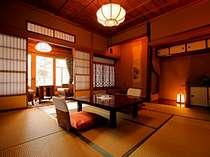 離れ特別室「待月」。随所に大工の技が光る骨董品のようなお部屋。光と影の演出がすばらしい飴色の空間。