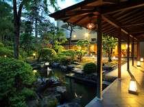 風情あふれる庭園。回廊をめぐり夕涼み。