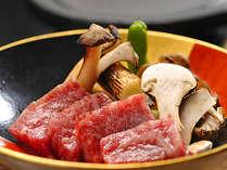 松茸と信州特選黒毛和牛の温石焼。秋の味覚の王様コラボレーション