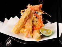 <蟹と茸の天麩羅>サクサクの衣と、プリプリジューシーな蟹。食感と蟹の旨味をダブルで味わう贅沢な逸品。