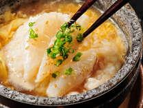 ≪河豚石焼き雑炊≫熱々に焼けた石に、出汁をそそぐとジュッ!と勢いよく立ちのぼる湯気と香り。