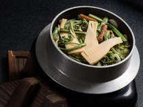 筍の春限定の釜飯。山菜と筍の旨味が効いた出汁で炊いたご飯はおこげまで美味。