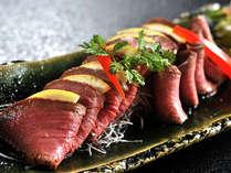 <A5ランク国産特選牛の叩き>肉汁のほのかに甘い旨味がたまりません。